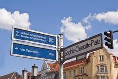 Straße und touristisches Schauzeichen in Berlin stockbilder
