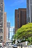 Straße und Wolkenkratzer in Chicago im Stadtzentrum gelegen Stockbilder