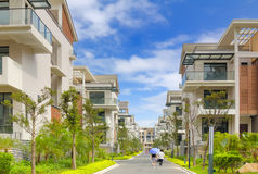 Straße und zwei Reihen der neuen Terrassehäuser Stockbild
