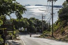Straße unten zum Ozean, Koh Phangan, Thailand stockbilder