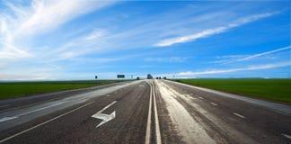 Straße unter blauem Himmel Stockfotos