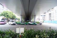 Straße unter Brücke stockfoto