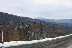 Straße unter den Bergen Stockbilder