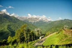 Straße unter den Bergen im Sommer Rosa Khutor, Adler Stockbild