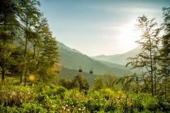 Straße unter den Bergen im Sommer Rosa Khutor, Adler Lizenzfreie Stockbilder