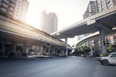 Straße unter der Brücke Lizenzfreie Stockfotografie