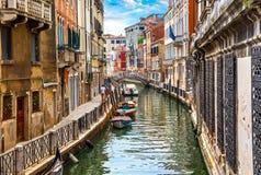 Straße in Venedig mit Kanalboot Stockbild