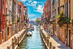 Straße in Venedig mit Kanalboot Stockbilder