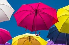 Straße verziert mit farbigen Regenschirmen Arles, Provence frankreich Stockfoto