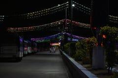 Straße verziert mit Lichtern lizenzfreies stockbild