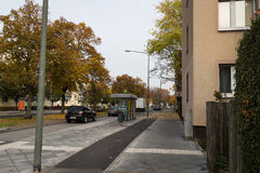 Straße vom Wohnblock Lizenzfreie Stockfotos