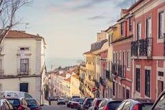 Straße von Alfama, Lissabon, Portugal lizenzfreie stockfotografie