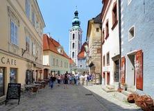 Straße von Cesky Krumlov und Kirche von Str Stockbild