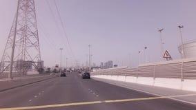 Straße von den künstlichen Inseln zum Abu Dhabi-Vorratgesamtlängenvideo stock video footage