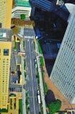 Straße von einem hohen Anstieggebäude Stockbilder