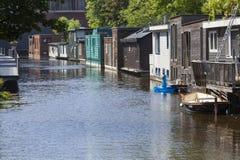 Straße von Hausbooten in Delft in den Niederlanden lizenzfreies stockbild