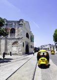 Straße von Havana mit alten Wohngebäuden und kubanischem Taxi - Havana, Kuba stockbild
