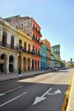 Straße von Havana mit bunten Gebäuden Lizenzfreie Stockfotografie