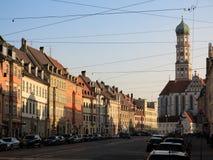 Straße von historischen Häusern in der Stadt Augsburg Stockbild
