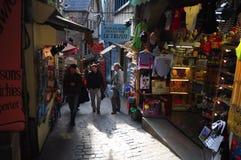 Straße von Mont Sant Michele Stockfotos