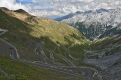 Straße von Passo Stelvio nach Österreich Lizenzfreie Stockfotos