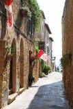 Straße von Pienza mit Flaggen stockbilder