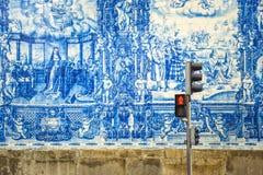 Straße von Porto, verziert mit azulejos Fliesen lizenzfreie stockbilder