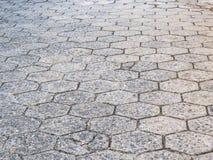Straße von sechseckigen Betonblöcken, schlecht konserviert stockfoto