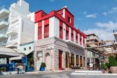 Straße von Sitia-Stadt mit schönen hauses und tavernas auf Kreta-Insel, Griechenland stockbild