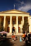 Straße vor der Gericht-Gebäudefassade in Valletta Lizenzfreie Stockfotos