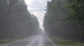 Straße während des starken Regens Auto auf Asphalt Lizenzfreie Stockbilder