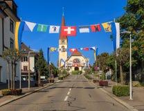 Straße in Wallisellen, verziert mit Flaggen Stockfotografie