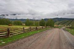 Straße, Zaun und Felder. Lizenzfreie Stockfotografie