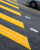 Straße zeichnet Zebrastreifen Stockfotografie