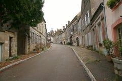 Straße zu Basilique Sainte-Marie-Madeleine de Vezelay in Vezelay, einer des schönsten Dorfs in Frankreich Lizenzfreie Stockfotos