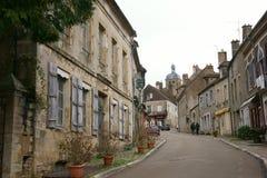 Straße zu Basilique Sainte-Marie-Madeleine de Vezelay in Vezelay, einer des schönsten Dorfs in Frankreich Lizenzfreies Stockbild