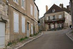Straße zu Basilique Sainte-Marie-Madeleine de Vezelay in Vezelay, einer des schönsten Dorfs in Frankreich Stockfotos
