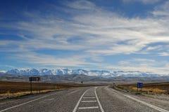 Straße zu den Bergen stockbild