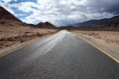 Straße zu den Bergen. Himalajaszenisches Stockfotos