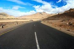 Straße zu den Bergen. Himalajaszenisches Lizenzfreies Stockbild
