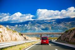 Straße zu den Bergen in Kroatien Stockbild