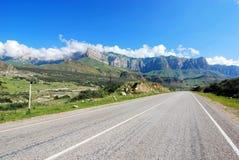 Straße zu den Kaukasus-Bergen Lizenzfreies Stockfoto