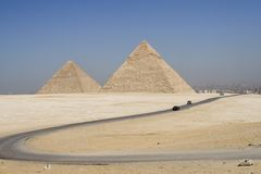 Straße zu den Pyramiden lizenzfreies stockfoto