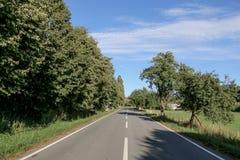 Straße zu einem fernen Horizont lizenzfreies stockfoto
