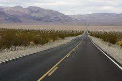 Straße zu einem Horizont in Death Valley Lizenzfreie Stockfotos
