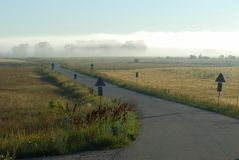 Straße zu einem Nebel Lizenzfreies Stockfoto