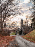 Straße zu einer Kirche Stockbild