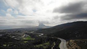 Straße zu Gibraltar-Landstraße, Draufsicht vom Brummen Autos gehen auf der Autobahn in Spanien Südliche Küste Andalusiens von Spa stock video footage