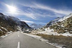 Straße zu großartigem Bernhardiner-Durchlauf im Winter lizenzfreies stockfoto
