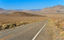 Straße zu Inyo-Staatsangehörigem Forest Park Stockfotos